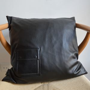 クッションカバー 抱き枕カバー 人工やぎ革 工業風 黒色 LFDP178